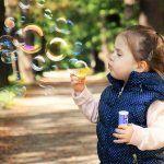 niña jugando en parques infantiles de Barcelona